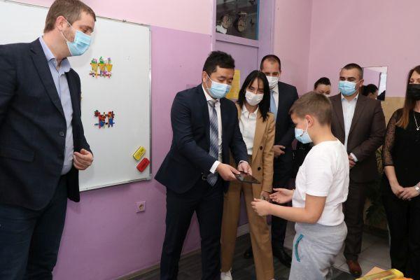 Tableti za mališane u dečijoj bolnici i osnovnim školama u Kragujevcu